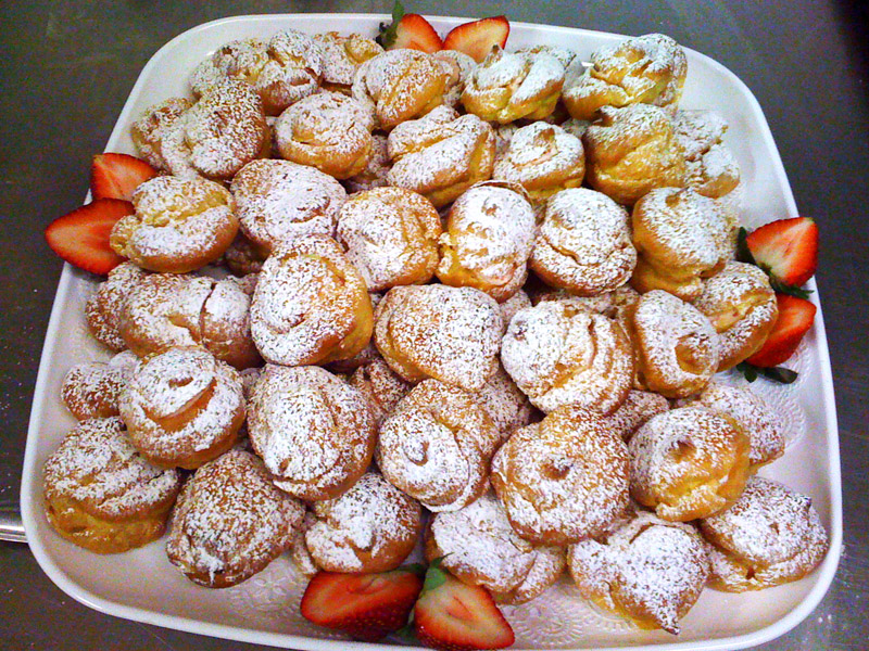 http://fivefingerfeast.files.wordpress.com/2009/02/strawberry-cream-puffs1.jpg
